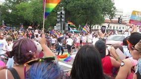 Jubelnde Menge bei Haupt-Pride Parade stock footage