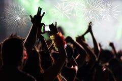 Jubelnde Menge und Feuerwerke - Konzept des neuen Jahres Stockfotos