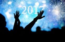 Jubelnde Menge und Feuerwerke Konzept des neuen Jahres 2017 Lizenzfreie Stockfotos