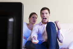 Jubelnder überwachender Fernsehapparat des Mannes Lizenzfreies Stockfoto