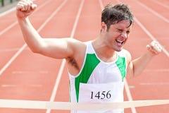 Jubelnder Sprinter, der Ausdruck des Sieges zeigt Stockbild