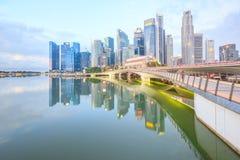 Jubiläum-Brücke mit Marina Bay bei Sonnenaufgang, Singapur Stockbild
