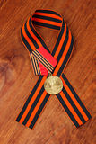Jubiläum-Medaille 50 Jahre des Sieges im Großen patriotischen Kriegs-und Georges Band Stockbilder
