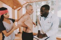 Jubilado activo Diviértase Del dolor de espalda parte posterior adentro Hombre foto de archivo