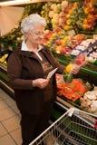 Jubilado al hacer compras para el alimento Fotos de archivo