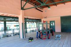 Jubilado que trabaja en el carro retro, estación de tren, FL Foto de archivo