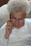 Jubilado y teléfono celular Foto de archivo