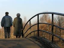 Jubilados en el puente Imágenes de archivo libres de regalías