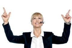 Jubilant affärskvinna som firar henne framgång royaltyfria bilder