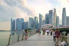 Jubilee Bridge a path to nearby Merlion statues Stock Image
