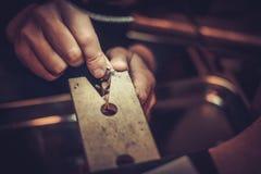 Jubiler przy pracą w jewellery warsztacie zdjęcie stock