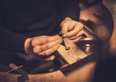 Jubiler przy pracą w jewellery warsztacie zdjęcia stock