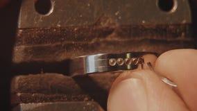 Jubiler ustawia cennego kamień Rzemiosła jewellery robić Ringowy naprawianie Stawiać diament na pierścionku Makro- zbiory