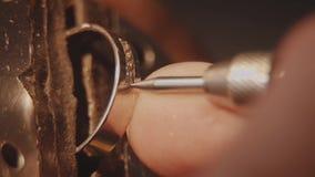 Jubiler ustawia cennego kamień Rzemiosła jewellery robić Ringowy naprawianie Stawiać diament na pierścionku Makro- zbiory wideo