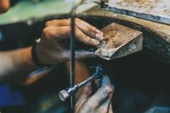 Jubiler wykonuje ręcznie biżuterię obraz stock