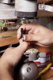Jubiler wykonuje ręcznie srebną biżuterię zdjęcia royalty free