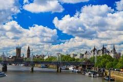 Jubileumbro, stor BenJubilee bro, Big Ben och Westminster abbotskloster i London, Förenade kungariket Royaltyfria Foton