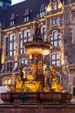 Jubileumfontein voor het stadhuis in Wuppertal-Elberfeld dichtbij Nacht duitsland royalty-vrije stock foto's