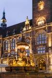 Jubileumfontein voor het stadhuis in Wuppertal-Elberfeld dichtbij Nacht duitsland royalty-vrije stock afbeeldingen