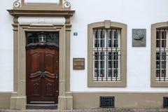 Jubileums- platta på fasad av det Karl Marx huset Arkivfoto