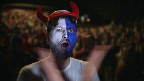 Jublar det europeiska fanskriet för ståenden det favorit- laget för målet Folkbakgrundsfolkmassa arkivfilmer