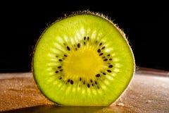 Jucy-Kiwi auf schwarzem Hintergrund Lizenzfreies Stockfoto