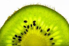 Jucy-Kiwi auf schwarzem Hintergrund Stockfotografie