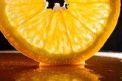 Jucy-Orange auf schwarzem Hintergrund Lizenzfreie Stockfotos