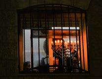 Judío ortodoxo que enciende velas de hanukia durante el día de fiesta judío del chanuka imagenes de archivo