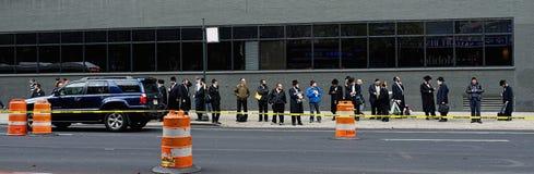 Judíos jasídicos que esperan el autobús en New York City Foto de archivo