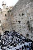 Judíos ortodoxos ruegan en la pared occidental Imagen de archivo