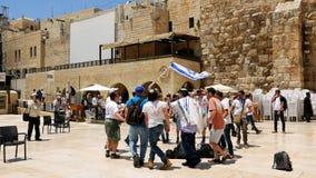 Judíos que bailan en una ronda con la bandera en Jerusalén Foto de archivo