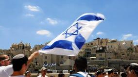 Judíos que bailan en una ronda con la bandera en Jerusalén Fotografía de archivo