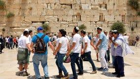 Judíos que bailan en una ronda con la bandera en Jerusalén Foto de archivo libre de regalías