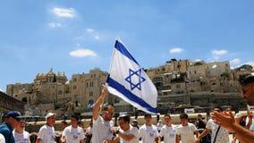 Judíos que bailan en una ronda con la bandera en Jerusalén Imagen de archivo