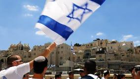 Judíos que bailan en una ronda con la bandera en Jerusalén Imagen de archivo libre de regalías