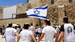 Judíos que bailan en una ronda con la bandera en Jerusalén Fotos de archivo libres de regalías