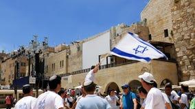 Judíos que bailan en una ronda con la bandera en Jerusalén Imagenes de archivo