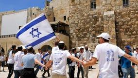 Judíos que bailan en una ronda con la bandera en Jerusalén Fotografía de archivo libre de regalías