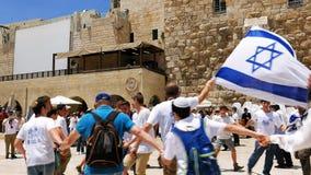 Judíos que bailan en una ronda con la bandera en Jerusalén Imágenes de archivo libres de regalías