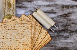 Juda?smo y torah religioso en matza jud?o en tallit del passover foto de archivo