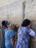 JUDAR PÅ DEN VÄSTRA VÄGGEN JERUSALEM, ISRAEL Royaltyfri Fotografi