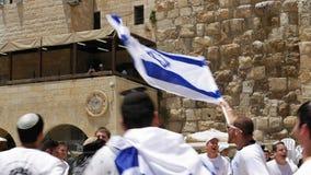 Judar som dansar i en runda med flaggan i Jerusalem