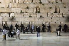 Jude, der nahe der Westwand in der alten Stadt von Jerusalem betet israel Stockbild
