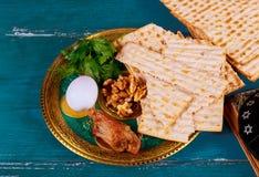 Judendom och religiös torah på judisk matza på påskhögtid arkivfoto