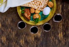 Judendom och religiös torah på judisk matza på påskhögtid royaltyfria bilder