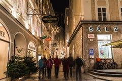 Judengasse i Salzburg på jul Fotografering för Bildbyråer