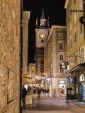 Judengasse och Kranzlmarkt i Salzburg på natten Royaltyfri Fotografi