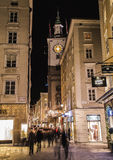 Judengasse och Kranzlmarkt i Salzburg på natten Arkivbilder