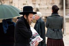 Judeu ortodoxo perto da parede ocidental no Jerusalém, Israel Fotos de Stock